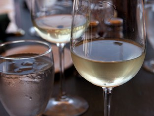 Glass-of-white-wine (post 2)